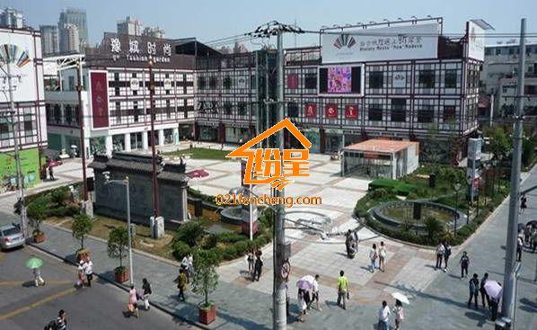 对于很多有品位,有消费水平的人来说,家具的艺术欣赏性要大于实际实用性,特别是对于高端消费人群来说,欧式家具是他们购买家具考虑的主角。他们不仅仅仅要求家具的样子要好看,更要求工艺要精细,品质要保证。那么在上海买欧式家具到哪里买才好呢,纷呈家具的小编集结了众多网友的回答,综合选出了10家比较有实力的欧式卖场,供大家参考。 上海买欧式家具哪里好之一红星美凯龙 红星美凯龙1986年创立,连续5年跻身中国民营企业500强前50位,在上海有100多家分店,里面的家具种类繁多,欧式家具也做工精巧,但是价格也同样不是一般